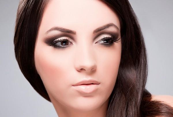 Девушка с вечерним макияжем в коричневых тонах