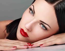 Девушка с ярко-красной помадой