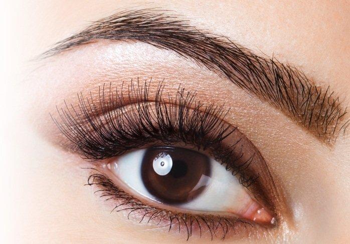 Девушка с красивыми карими глазами