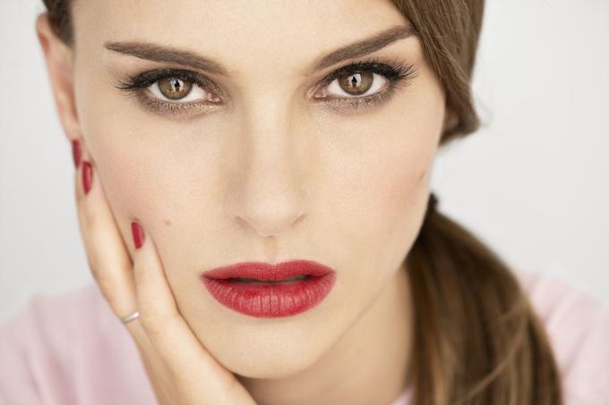 Девушка с красной помадой на губах