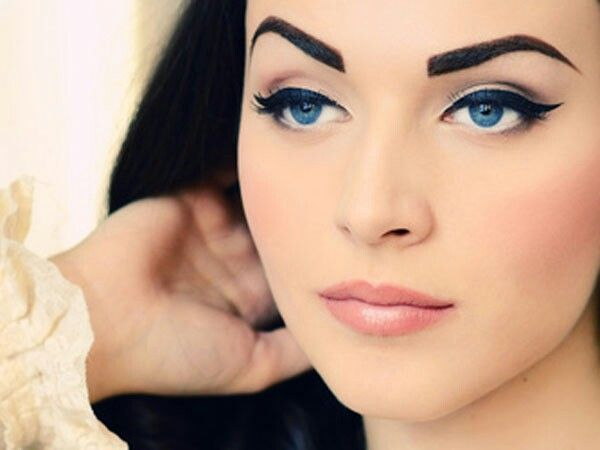 Девушка с выразительными голубыми глазами