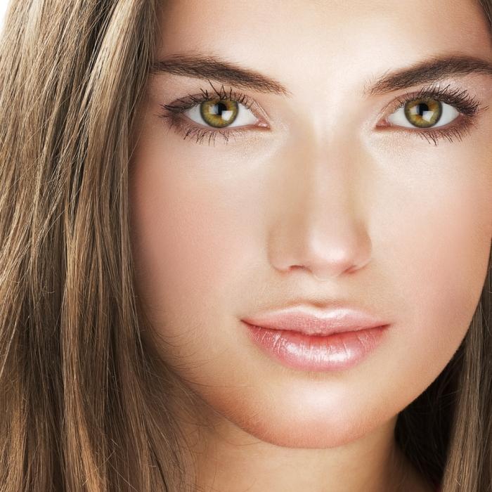 Девушка с круглым лицом и зелеными глазами