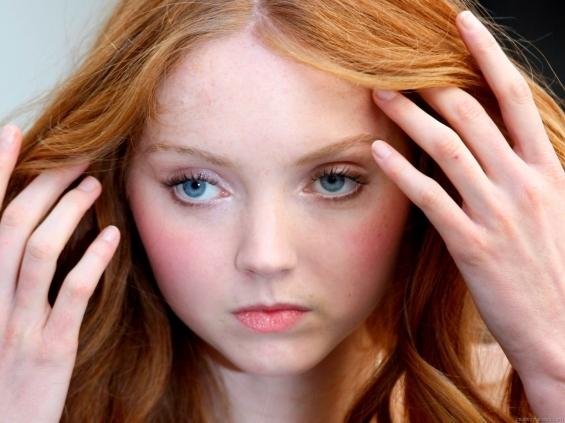 Девушка с роскошными рыжими волосами