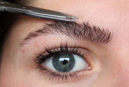 Процесс отстригания торчащих волосков