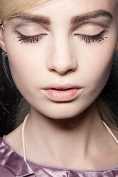 Кара Делевинь с красивым естественным макияжем