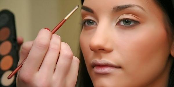 Визажист делает макияж девушке