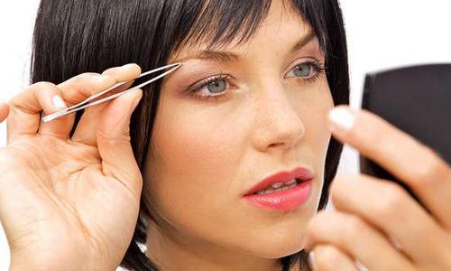 Девушка с темными волосами оформляет брови