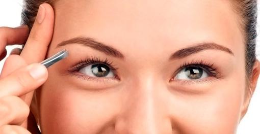 Девушка с зелеными глазами выщипывает брови