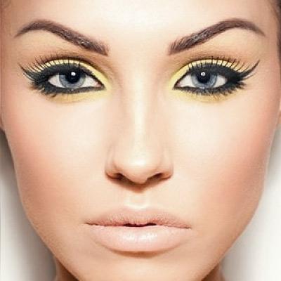 Девушка с ярким макияжем в желтых тонах
