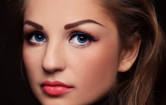 Яркий вечерний макияж на девушке