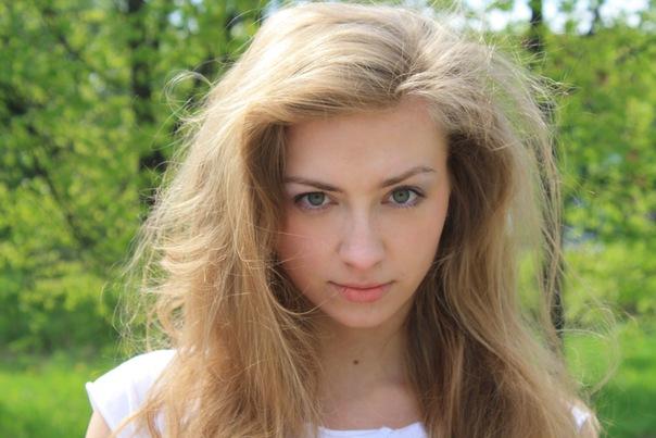 Девушка с красивыми русыми волосами и бровями