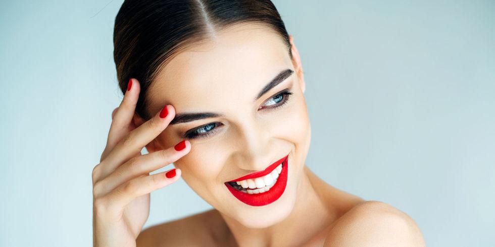Девушка с красивыми бровями и ярким макияжем