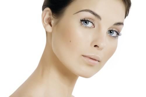 Дугообразная форма для девушки с естественным макияжем
