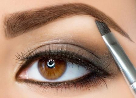 Глаз девушки с вечерним макияжем