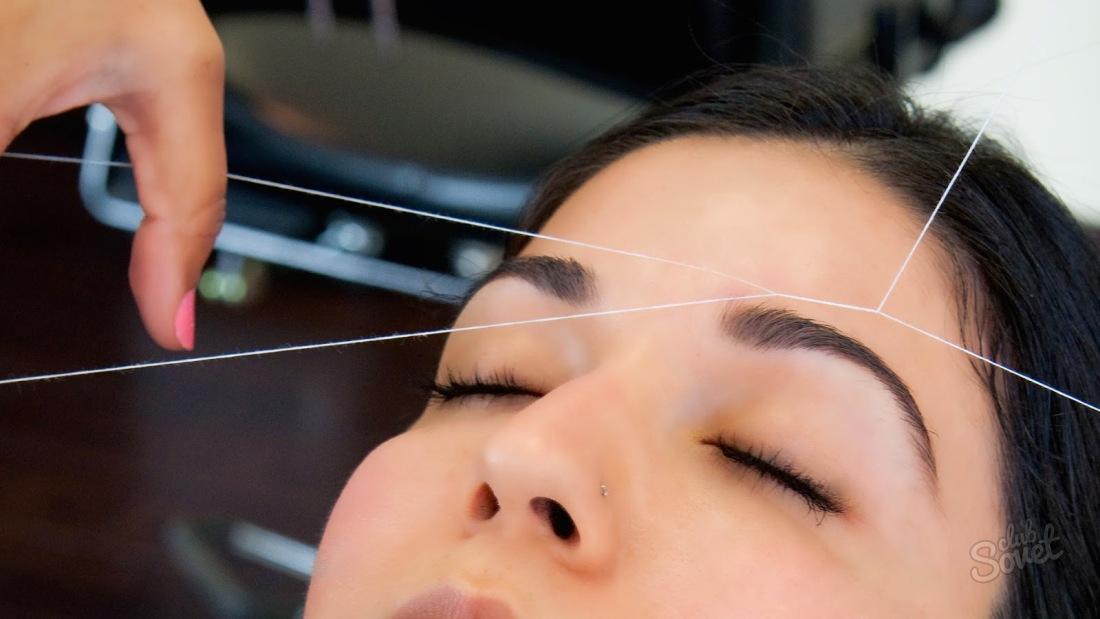 Девушки оформляют брови нитью