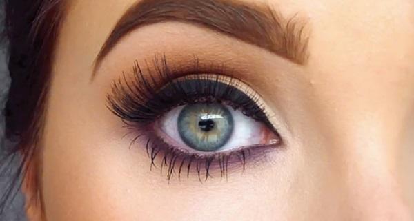 Глаза девушки, оформленные черной подводкой