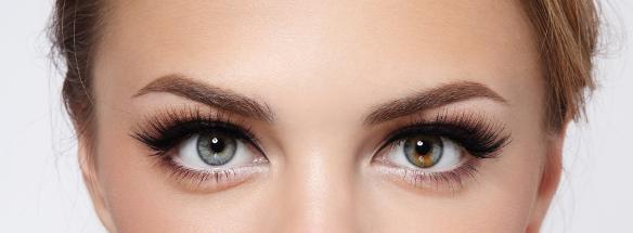 Девушка с красивыми глазами и длинными ресницами