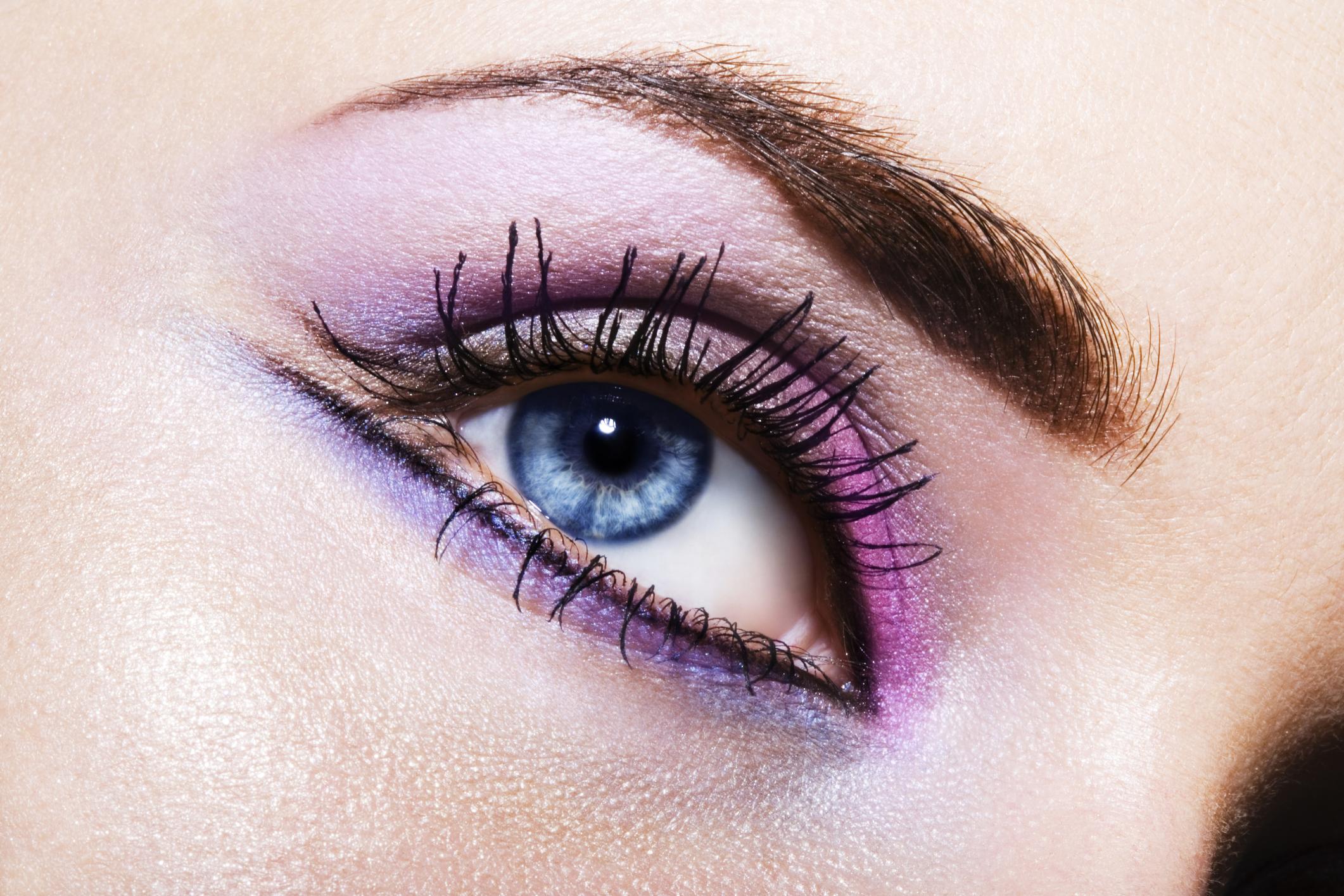 Девушка с красочным малиново-фиолетовым макияжем