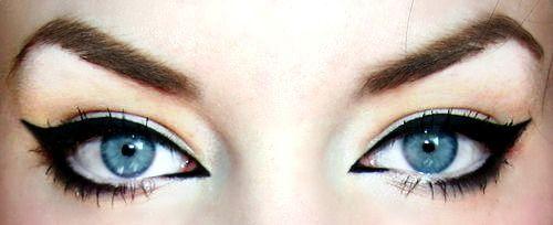 Девушка с голубыми глазами со стрелками