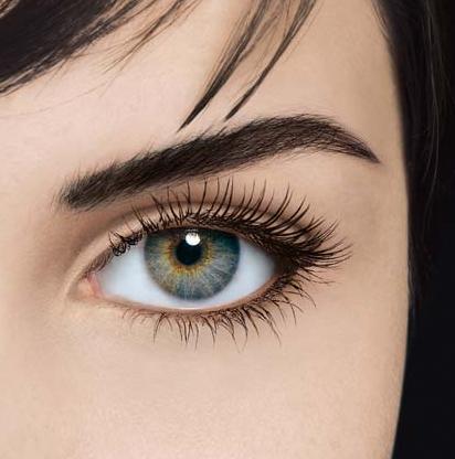 Девушка с темными волосами и синими глазами