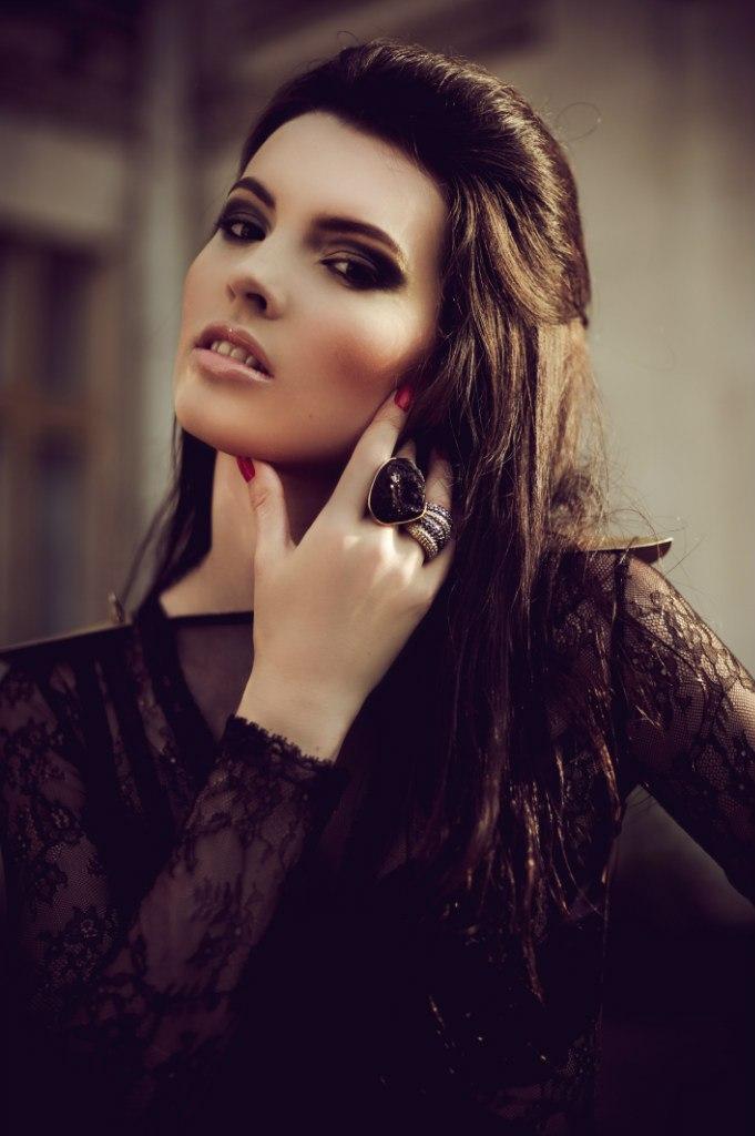 Девушка с волосами темного цвета и вечерним макияжем