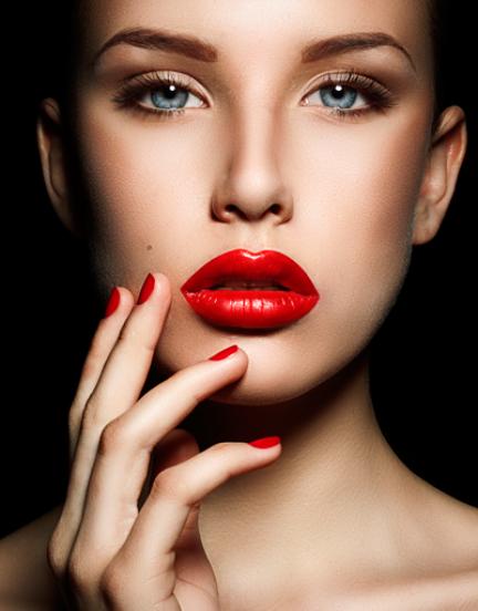 Девушка с ярко-красными губами