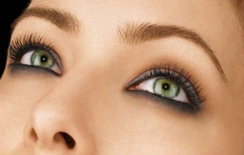 Девушка с глазами зеленого цвета