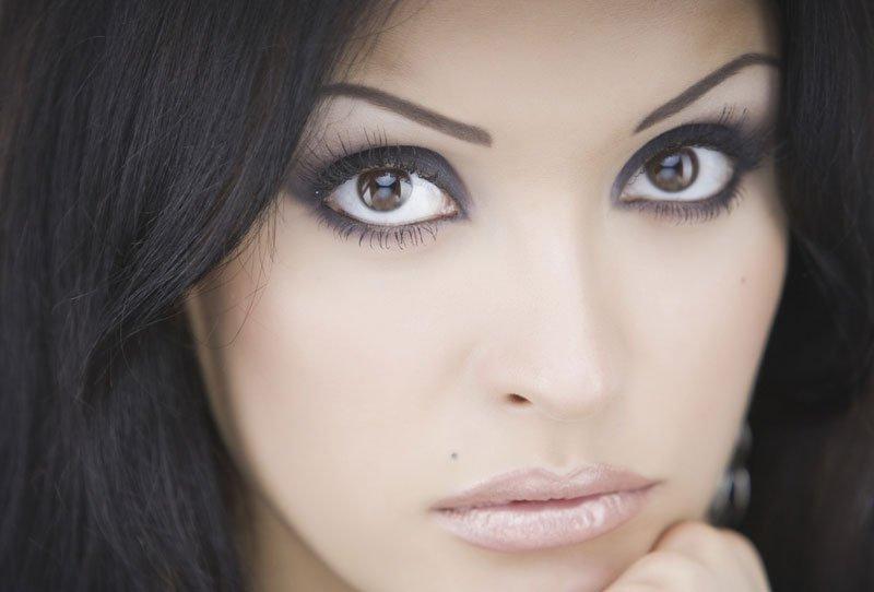 Девушка с темными волосами