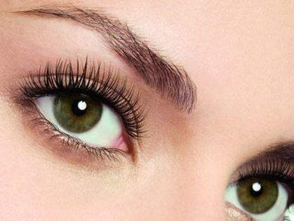 Девушка с ярко-зелеными глазами