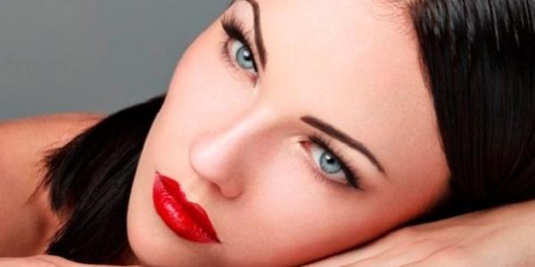 Девушка с ярко-красными губами и темными волосами