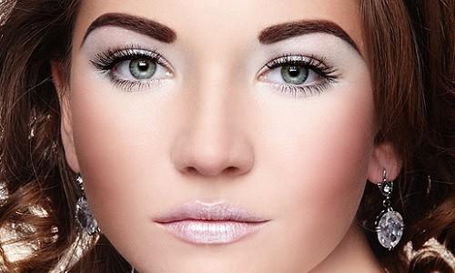 Девушка с вечерним макияжем с мерцающим эффектом