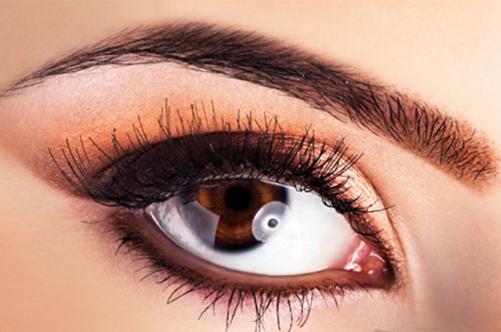 Макияж глаз в персиковых тонах для карих глаз