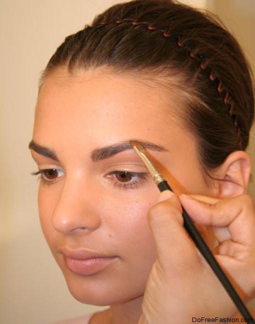Девушка с естественным макияжем и красивой прической