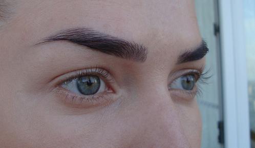 Девушка с естественным макияжем глаз