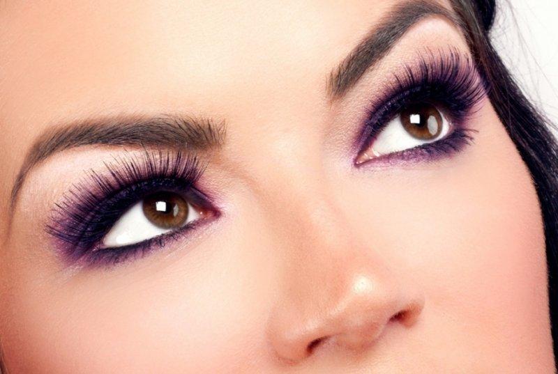 Девушка с выразительным вечерним макияжем