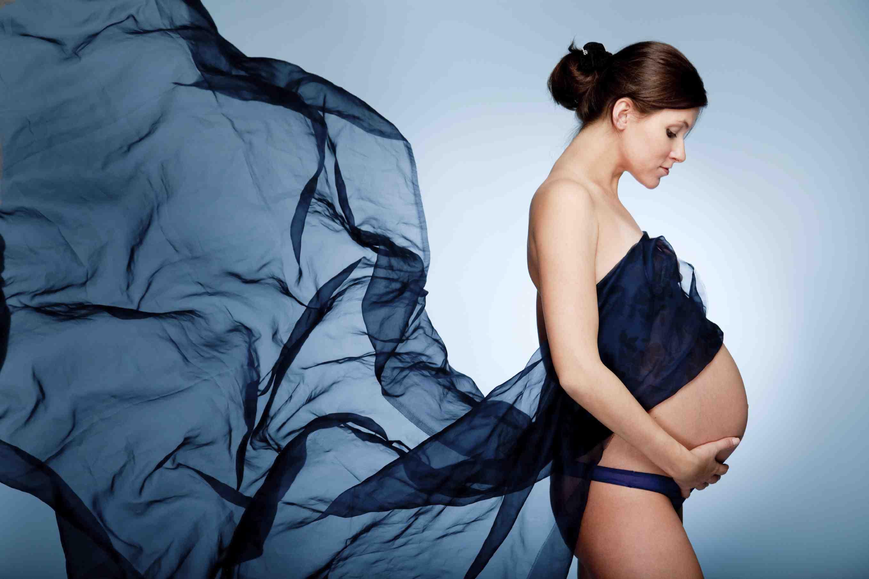 Беременная девушка в синем шифоне