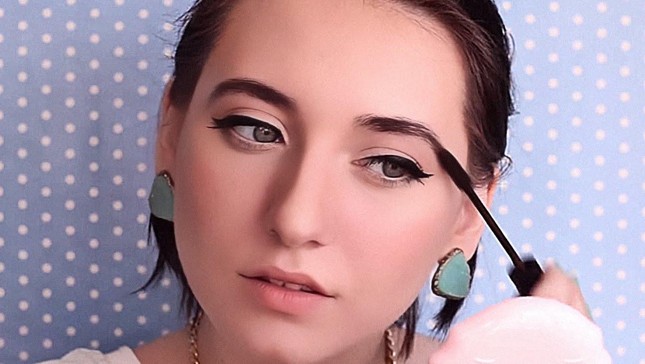 Девушка красит брови с помощью фиксирующего геля