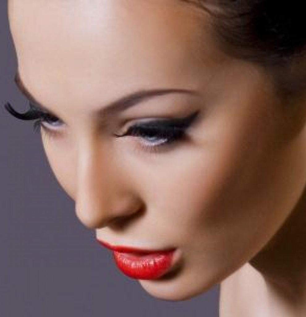 Девушка с вечерним макияжем