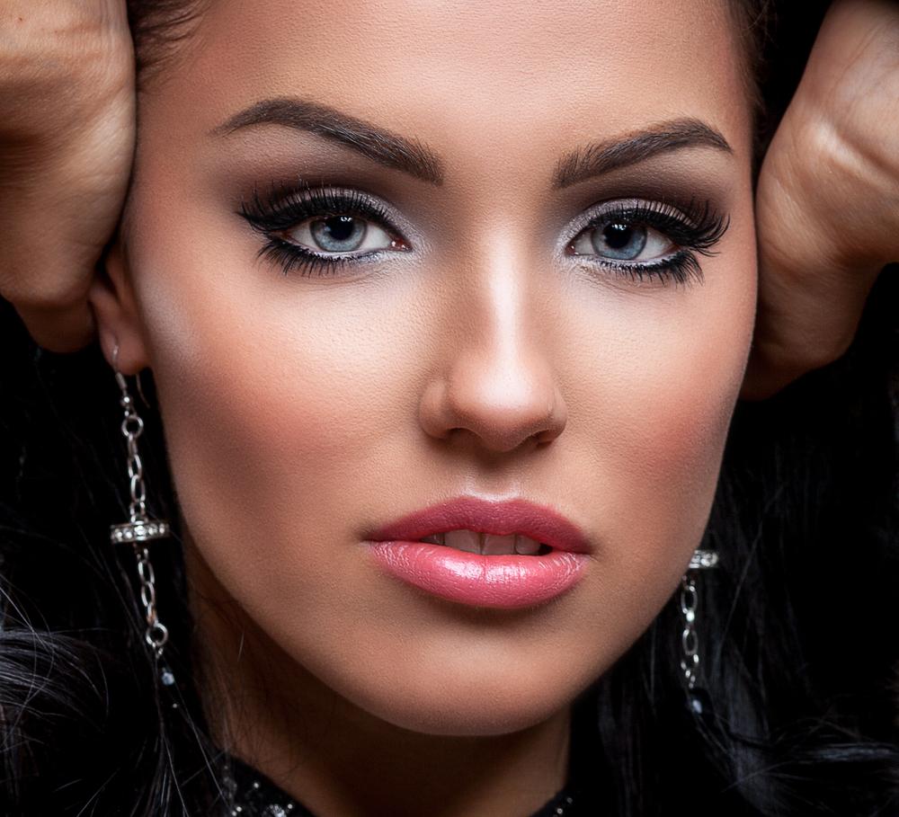 Девушка с вечерним макияжем и металлическими сережками