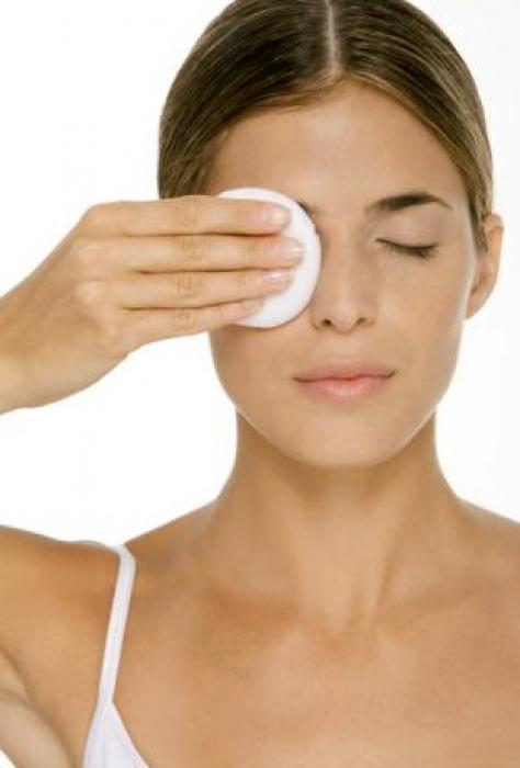 Правильное снятие макияжа с помощью мягкого средства и спонжа