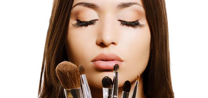 Девушка и принадлежности для макияжа