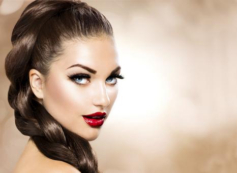 Девушка с роскошными волосами и интересным макияжем