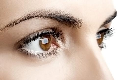 Карие глаза и темные брови