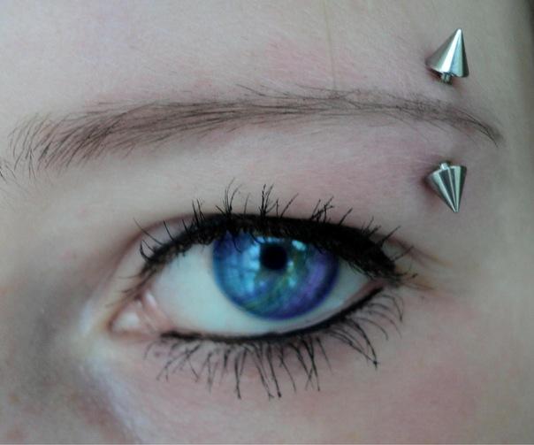 Голубые глаза русой девушки