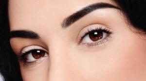 Девушка с выразительными темными глазами