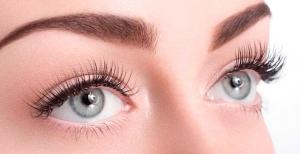 Девушка с выразительными зелеными глазами